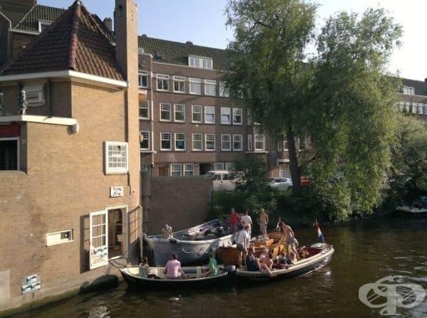 В Амстердам има пицария на лодки.