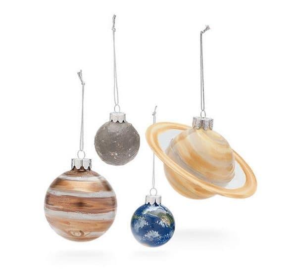 Ръчно изработени играчки планети заменят украсата на коледната елха