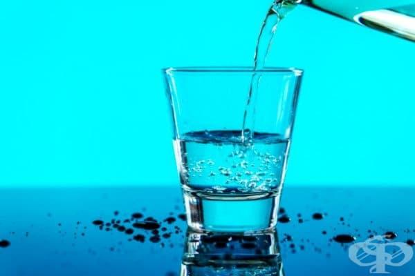 Изпийте чаша вода. Високото кръвно налягане понякога е следствие от дехидратация. Когато сте дехидратирани, обемът на кръвта намалява. Изпийте поне 1 чаша вода, за да се хидратирате и да намалите високото кръвно налягане.