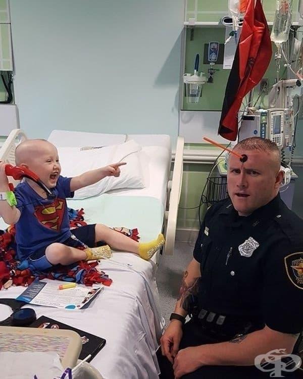 Този офицер редовно посещава децата в болницата и ги кара да се усмихват.