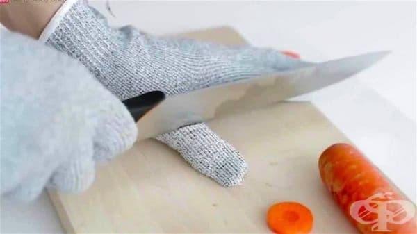 Защитна ръкавица против порязване, която може да ви бъде от полза по време на готвене.
