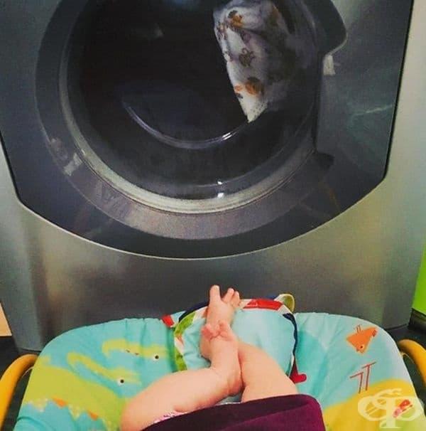 Трябва да свършите определена задача. Поставете детето пред пералнята и се възползвайте да направите необходимото.