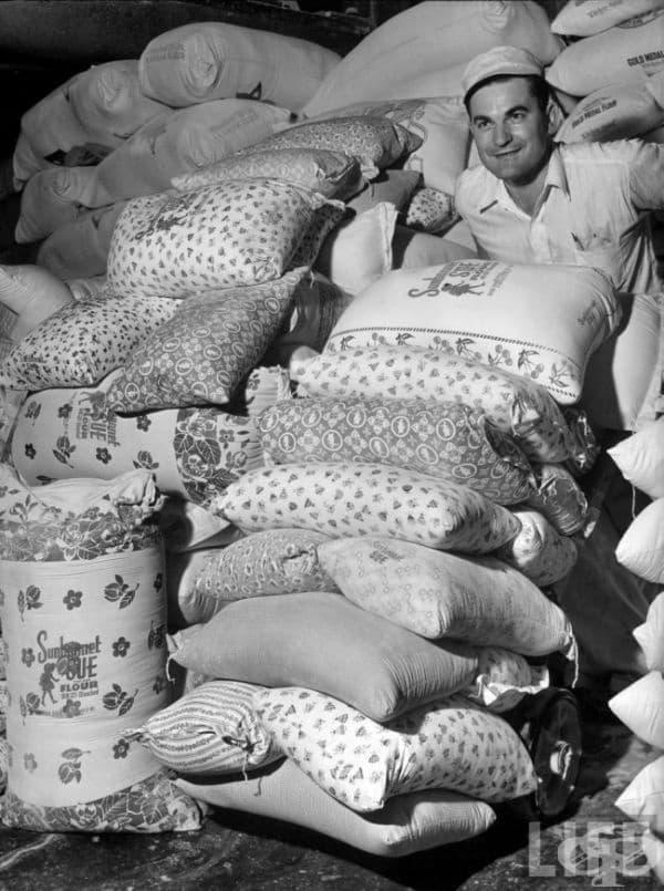 Голямата депресия. Компаниите за брашно научават, че много бедни майки използват торбите за брашно, за да направят дрехи за своите деца и започват да продават брашното в различни декоративни цветни торби, САЩ, 30-те години на миналия век.