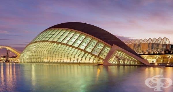 L'Hemisf?ric или IMAX кино, планетариум, театър с лазерни продукции във Валенсия, Испания.