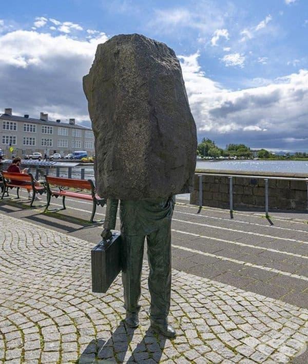 """""""Неизвестният чиновник"""" от Магнус Томасон е забележително произведение на изкуството, което се намира в Рейкявик, Исландия."""