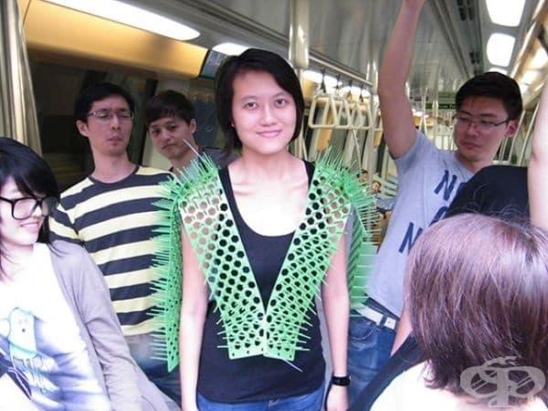 Носете жилетка със шипове, за да защитите личното си пространство в метрото.