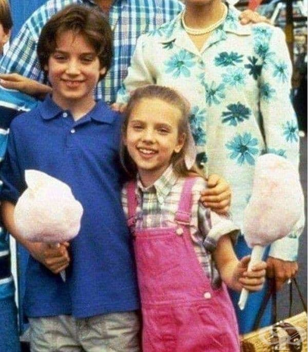 """Илайджа с младата си колежка Скарлет. 1994. (Ууд и Йохансън взимат участие във филма """"Север"""". Тук Илайджа е на 13 години, а Скарлен - на 10. Това е първата й роля във филм.)"""