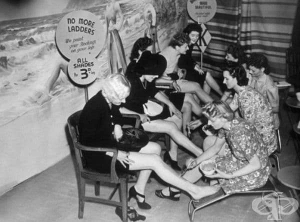Жени рисуват чорапи, Лондон, 1941 г. Найлонът е станал една от първите стоки за масова употреба, насочена за нуждите на армията по време на войната.