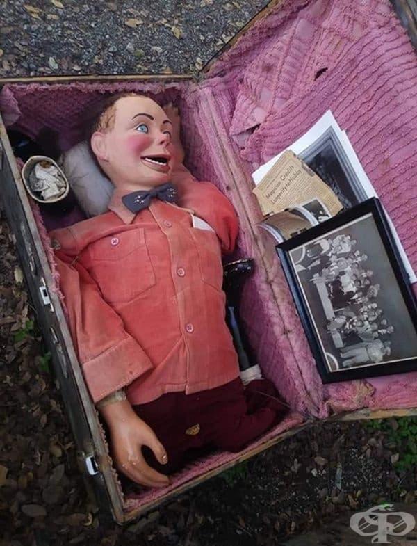 Куфар с кукла, изрезки от вестник и снимки.