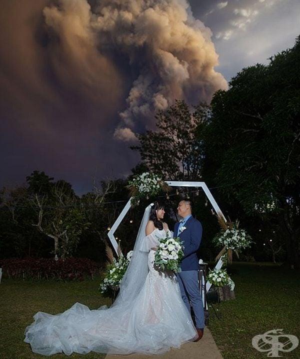Гръмотевичната буря, която се е появила малко по-късно само е добавила цвят и блясък към снимките на младото семейство.
