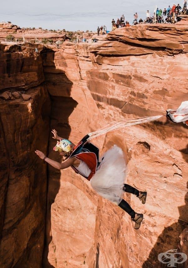 По време на церемонията приятелите на младоженците са вървели по въжета над скалата, някои са показвали забавни трикове.