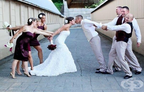 Когато мненията на приятелите се различават от тези на младоженците.