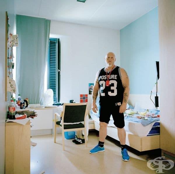 Халден – най-луксозният затвор в света, Норвегия.Създаден е през 2010 г. с акцент върху привилегиите и без конвенционални устройства за сигурност. Неговият дизайн симулира живота извън затвора. Музиката и спортът са на разположение на затворниците.