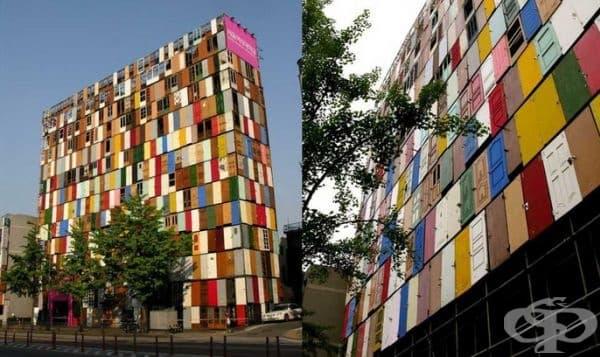 Сграда с врати в Суел. Идеята е на архитекта Jeing-Hwa, който рециклира 1000 врати и ги превръща в цветна фасада.