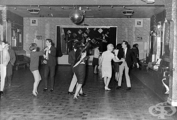 """""""Бийтълс"""" пеят пред 18 души в скромен клуб, намиращ се в град Адършит,   декември 1961г. Година и половина по-късно те ще се превърнат в   суперзвезди."""