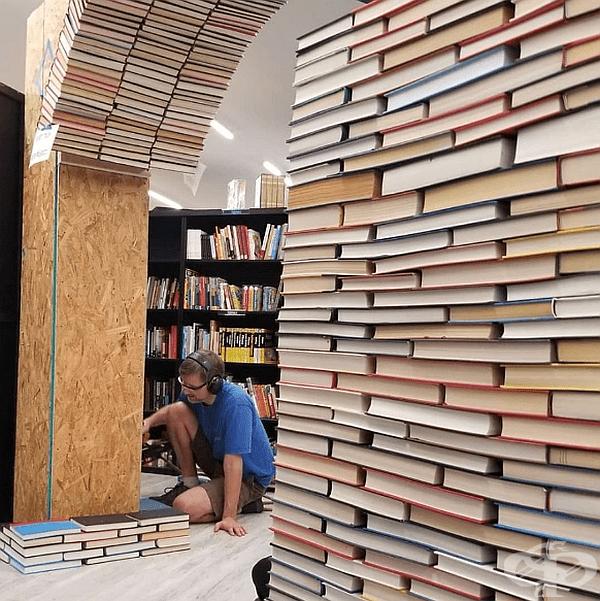 Конструиране на колоната от рециклирани книги.