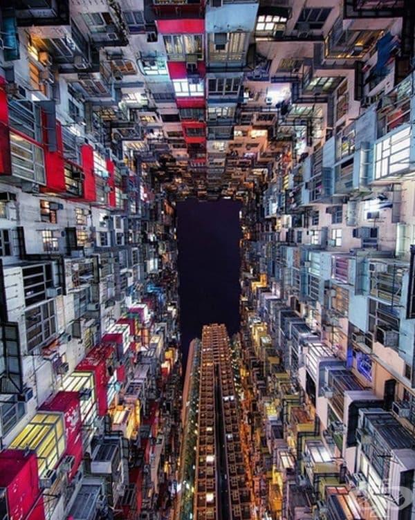 Снимка от основата на мегаполис към небето.