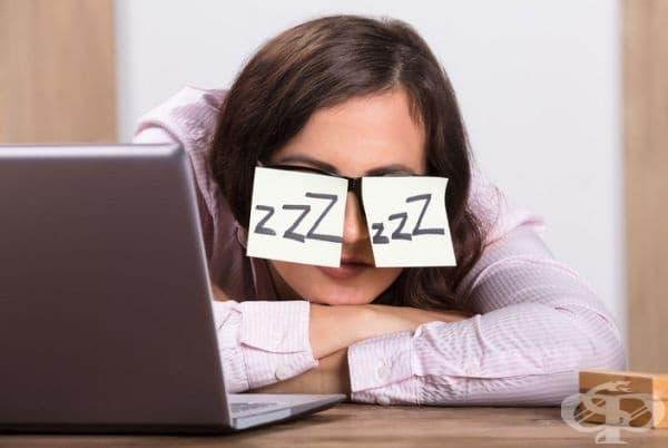 Постоянна умора. Витамин В12 допринася за създаването на червени кръвни клетки, които са отговорни за доставката на кислород до клетките. При липсата на достатъчно кислород, човек започва да се чувства уморен, дори и да се е наспал добре.