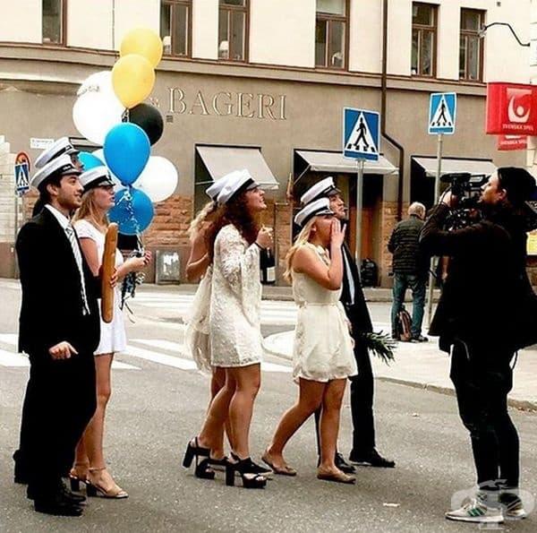 Швеция. Завършващите ученици в Швеция носят традиционни бели шапки в последния учебен ден, на които учители и ученици изписват незабравими надписи и пожелания.