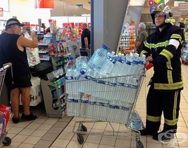 Пожарникар, пазаруващ вода!