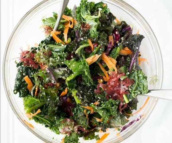 Зеленолистни подправки и зеленчуци. Колкото по-тъмни, толкова по-полезни са: спанак, броколи, кейл, рукола, магданоз. Богати са на витамини и добре хидратират организма. Това са едни от храните, препоръчвани от диетолози.
