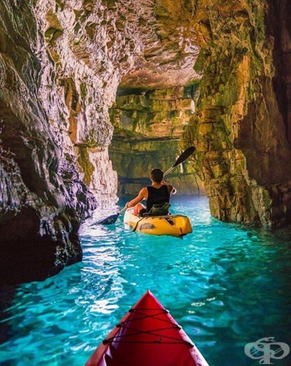 """Тази пещера се намира близо до Пула, Хърватия и е известна като """"Пещерата на гълъбите"""". Не забравяйте да си вземете фенерче, ще ви бъде от полза."""