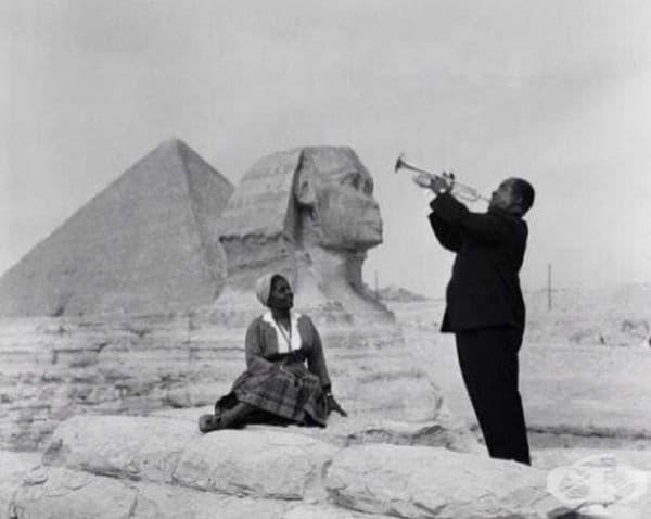 Луис Армстронг свири на своята жена на фона на големия Сфинкс в Гиза.