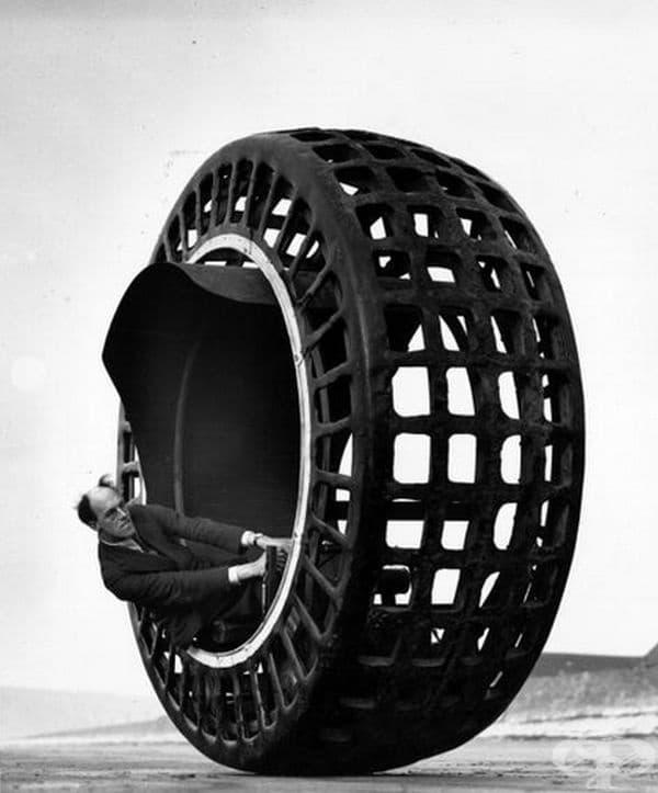 Електрическо колело Dynasphere, по време на изпитания от своя изобретател.