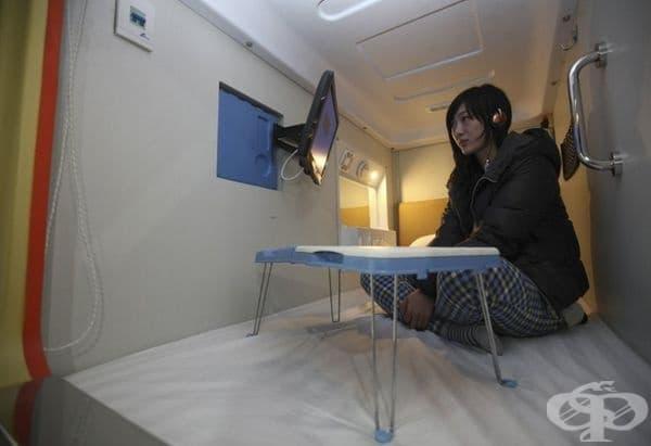 Стая в най-големия капсулен хотел в Китай. В нея се предлага телевизор, интернет и масичка за компютър.