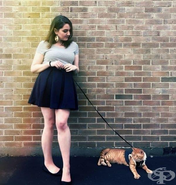 Това е Оливия. Тя обича да разхожда своя домашен любимец в парка.