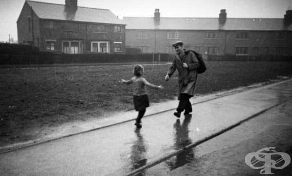 Малко момиченце тича към баща си, който се връща от работа, 1942 г.