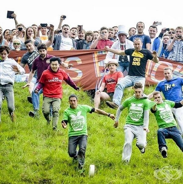 Търкаляне на сирене по хълма Купър, Англия. Идеята на това събитие е да се преследва пита сирене, която се търкаля по хълма с около 70 мили в час. Това е най-опасното състезание, тъй като хората се нараняват, опитвайки се да победят.