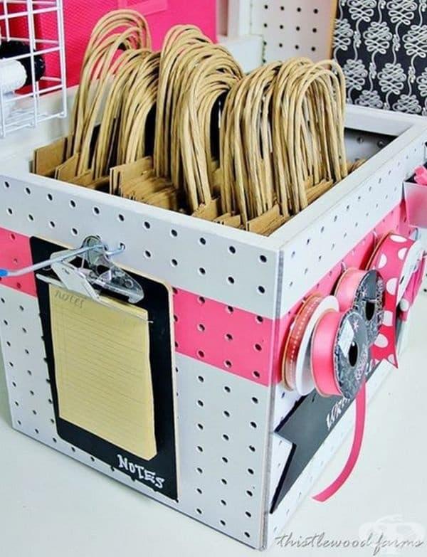 Кутия, подходяща за празнични или пазарски торбички.