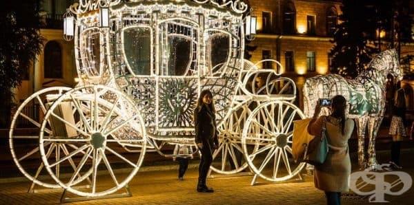 Камионът не е единствен. В столицата инсталират периодично различни осветителни инсталации. На тази карета жителите на града са се порадвали през септември.