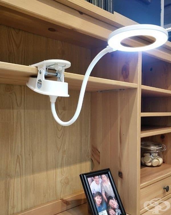 Светодиодна лампа с щипка, която може да се постави на различни повърхности.