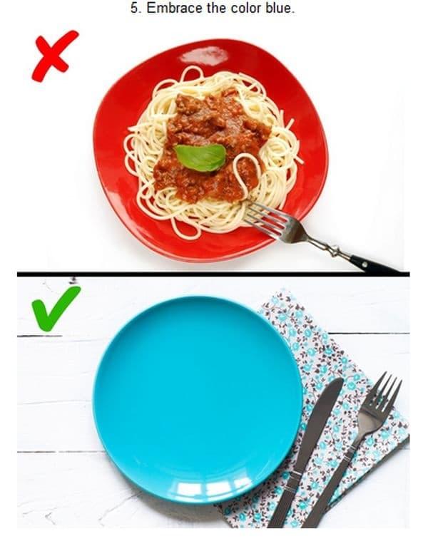 Сервирайте в синя посуда. Според проучване хората са склонни да ядат по-малко, когато има голям контраст между цвета на чинията и храната. Учените твърдят, че хората консумират с 33% по-малко храна, ако тя е поднесена в синя чиния.