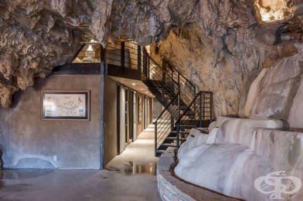 Входът на пещерата е бил покрит с 1 метър бетонни стени.