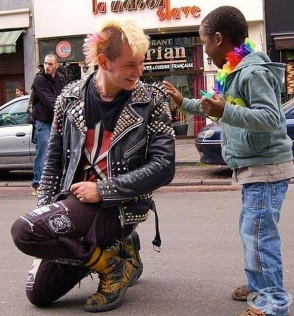 Това е най-хубавият ден за малкото момче, защото този рокаджия му позволи да докосне шиповете на сакото му.