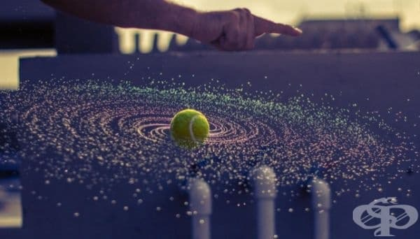 Летяща тенис топка.