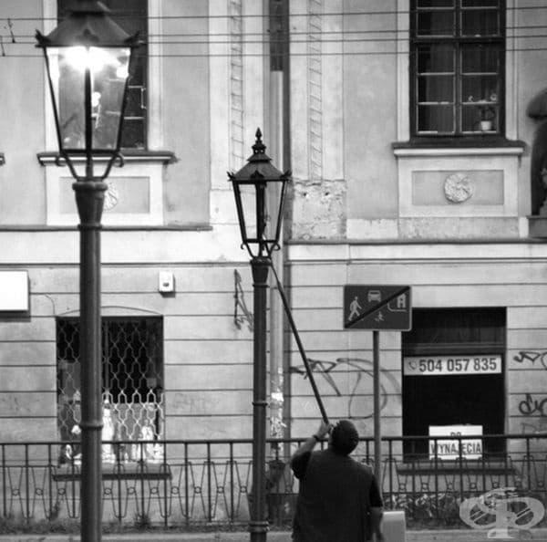 Човек, който включва уличното осветление. Преди крушките обичайните средства за осветление са били свещите, нефтът или газта. Вечер е трябвало някой да ги запали.