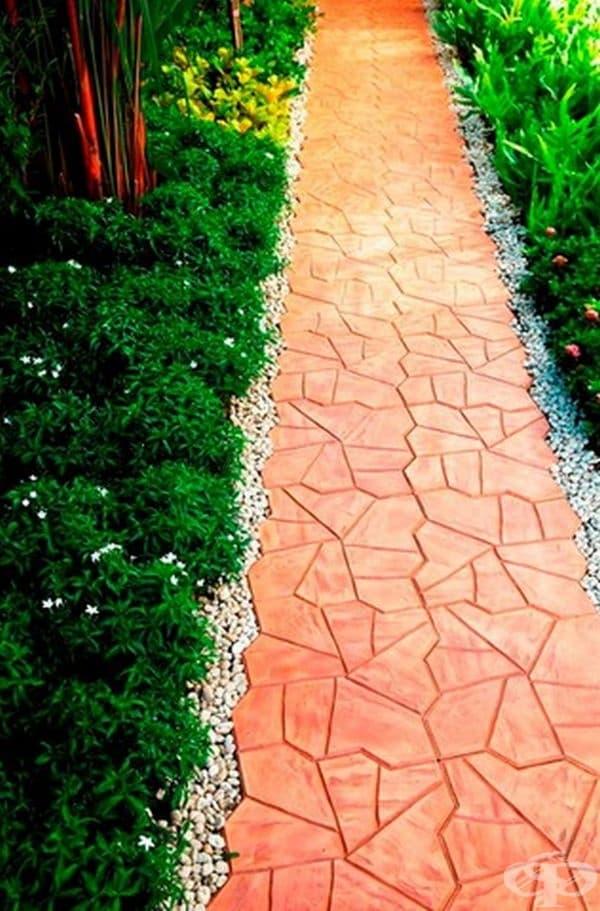 Красива бетонна пътека с чакъл или по-едри камъни отстрани.