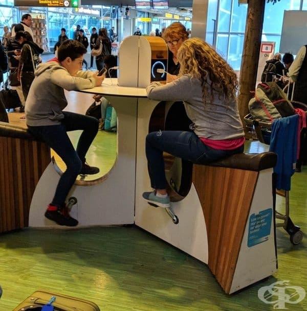 Тази маса ви позволява да си починете, да се раздвижите и с педалите да заредите мобилните си устройства.
