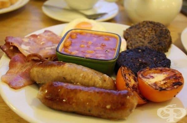 Закуска във Великобритания и Ирландия - хляб, яйце, боб и странно черно нещо с вкус на стара монета. Това са наденички със свинска кръв,овесени ядки и мазнини, които се приготвят на скара или варят. Съществува и бял пудинг (същото, но без кръв).