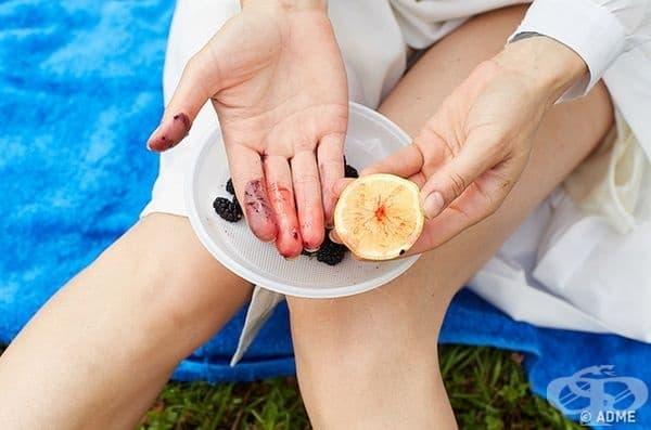 Лимонът е добро средство да се справите при боядисани от горски плодове ръце.
