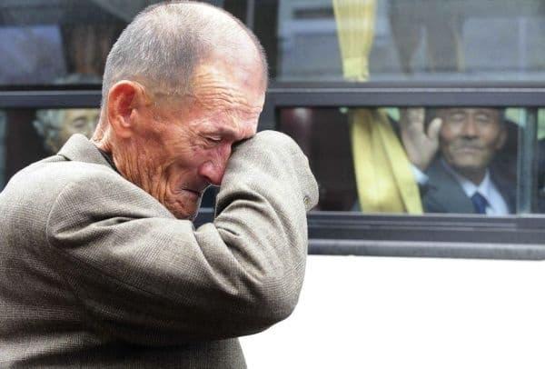 Мъж от Северна Корея ръкомаха на своя брат от Южна Корея по време на семейно събиране след 60-годишна раздяла.