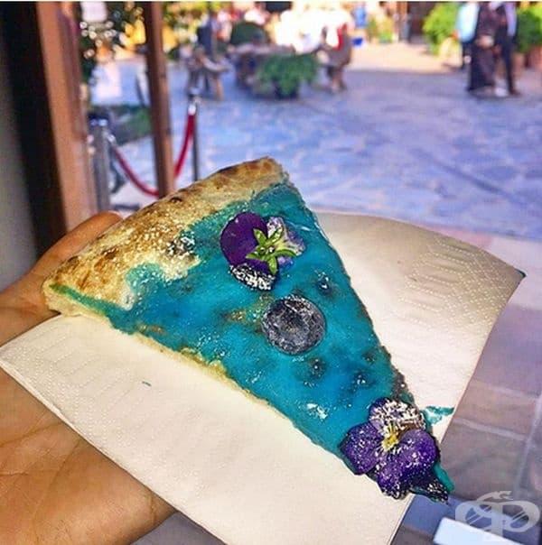 Експериментално кулинарно изкуство – синя пица с цветя и боровинки. Може би това е десертът сред пиците!