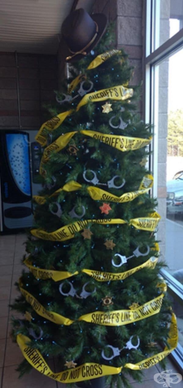 Новогодишна елха в полицейски участък.