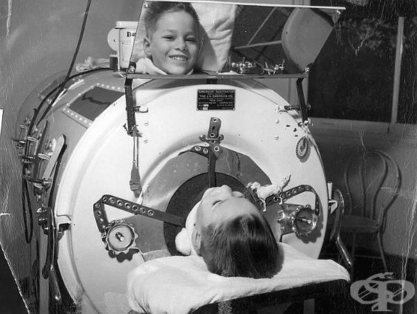 """През 50-те години полиомиелитната епидемия е взела хиляди жертви. Тогава се разработва един от най-ефективните и ужасяващи методи-метален шкаф (""""железният бял дроб""""),който е спасил много хора,които не са можели да дишат сами,поради парализата от болестта."""