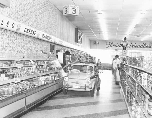 1957 г. Супермаркети Publix представят големите си коридори и възможността за самообслужване на млечни продукти в малък автомобил.