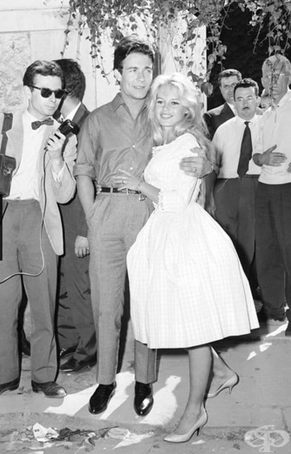 Брижит Бардо, 1959 г. За втората си сватба френската актриса е носела розова рокля от Жак Естерел на сватбата си с актьора Жак Шариер.
